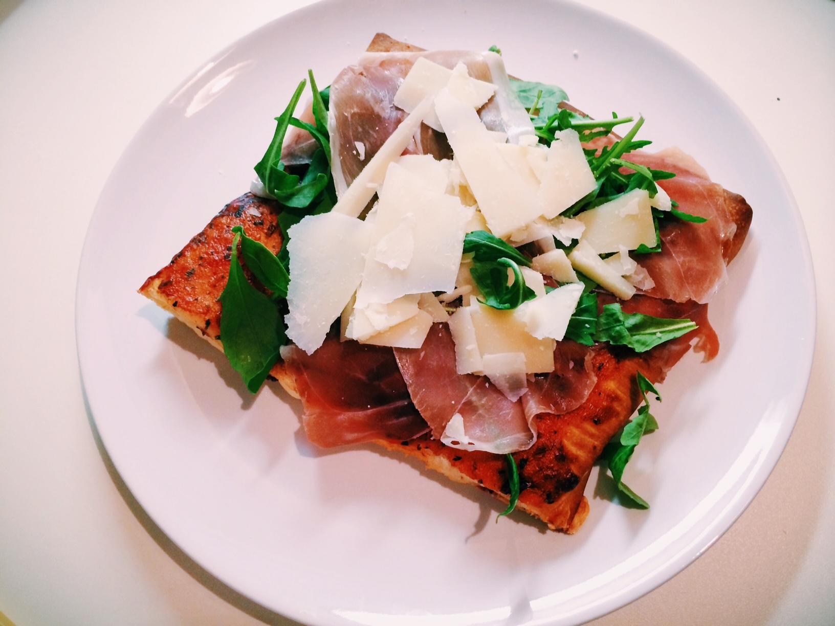 Parmesan-Prosciutto-Rucola-Pizza mit Käse gefülltem Boden