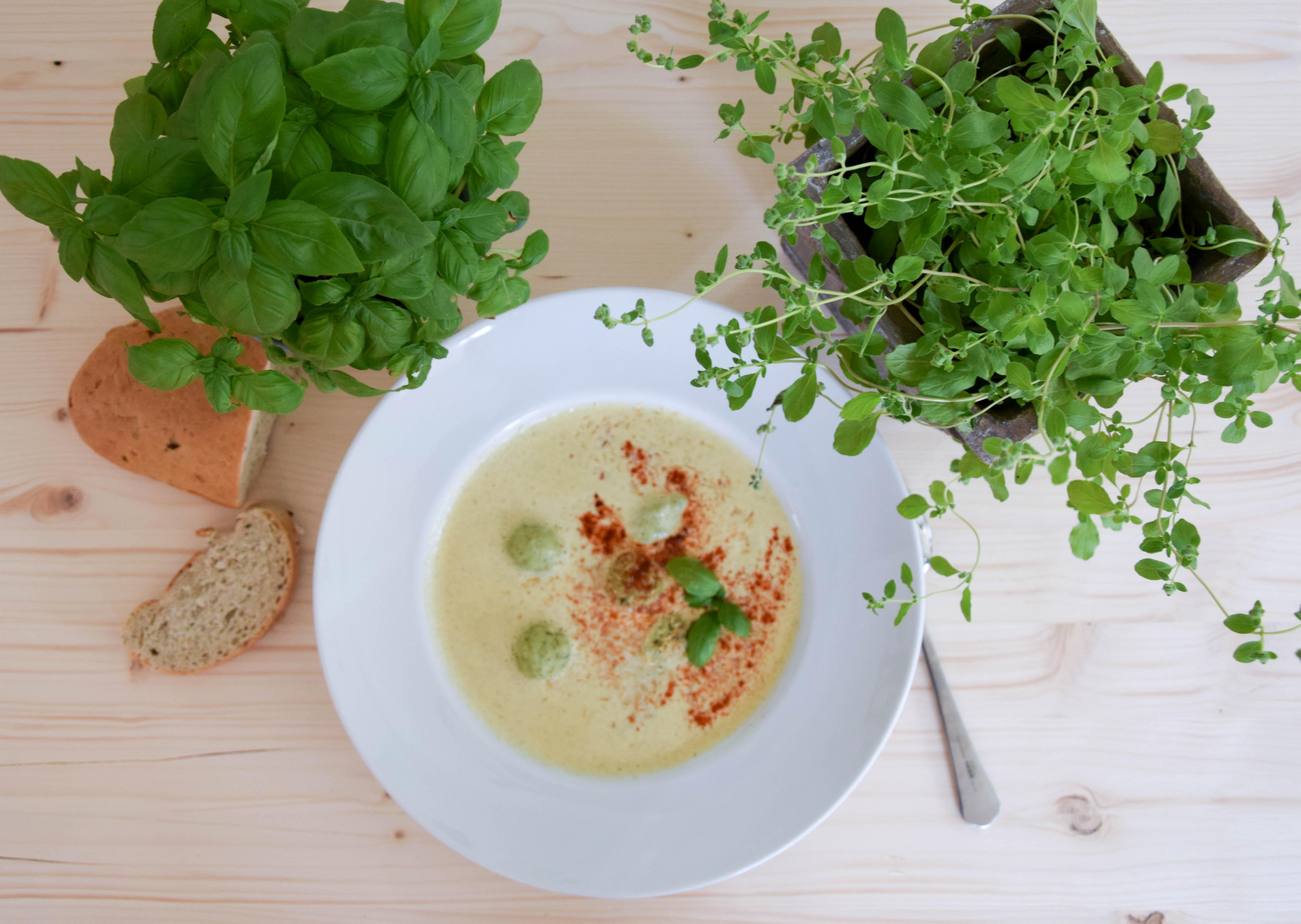 Kalte Kräuter-Buttermilch-Suppe mit Basilikum-Topfennockerl