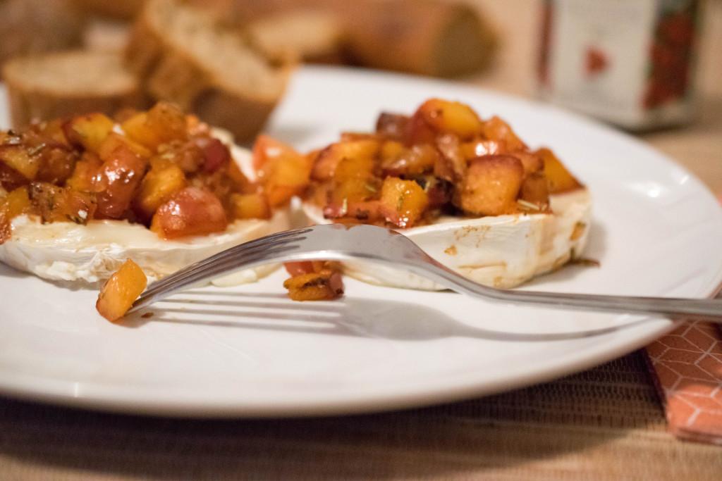 Pfirsich-Salsa mit Ziegenkäse