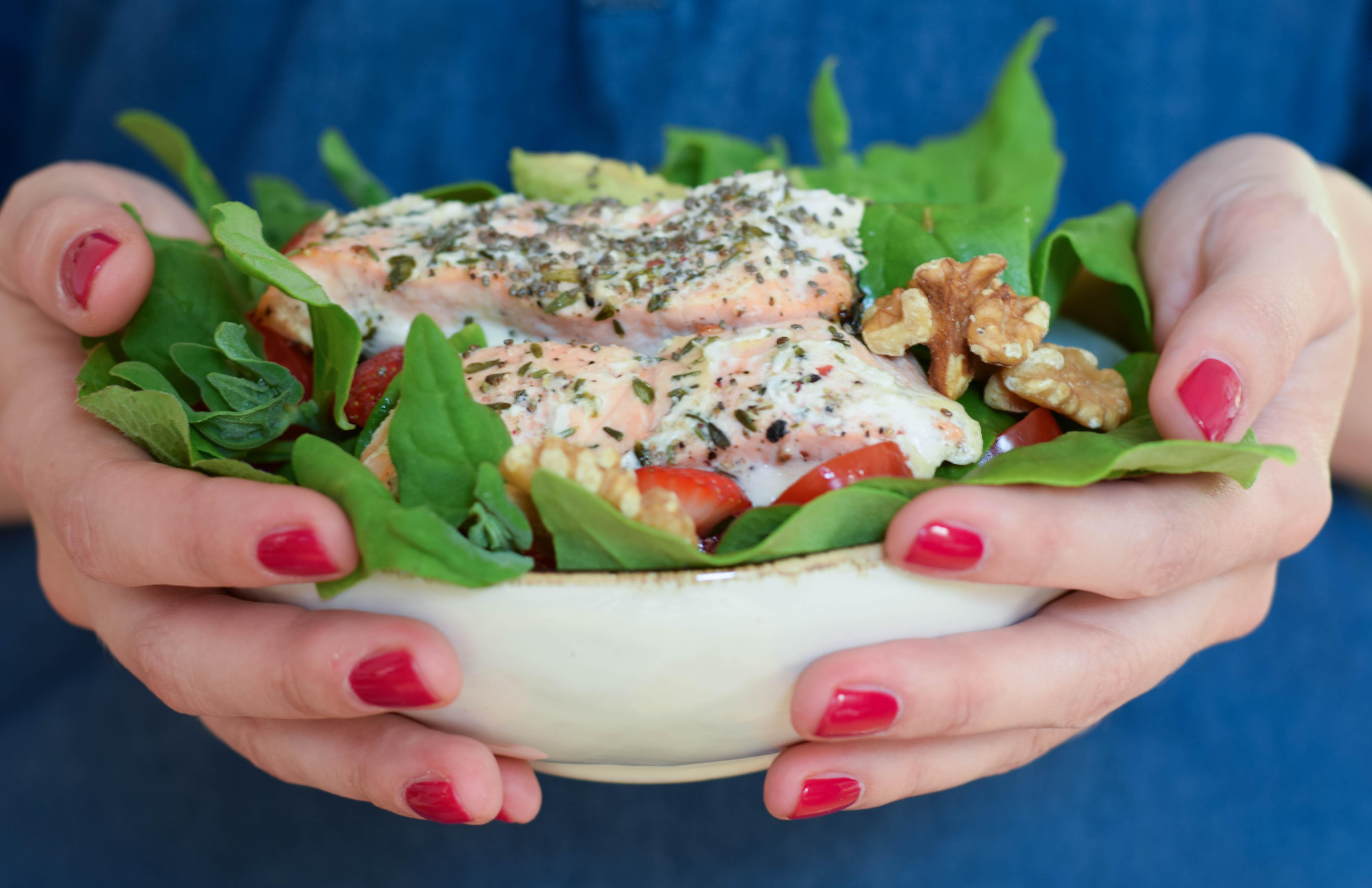 Köstlicher Erdbeer Lachs Salat
