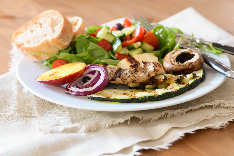 Gegrilltes Hendl auf Salat mit Senfmarinade
