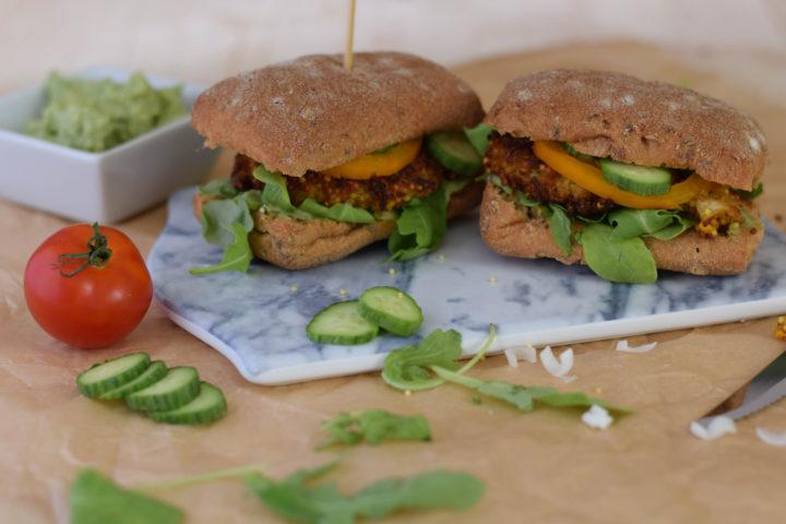 Ein hipper trendy veganer Hirseburger