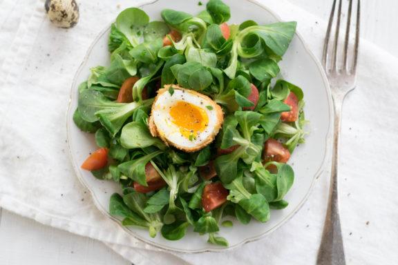 Kindheitserinnerungen und ein gebackenes Ei auf frischem Salat