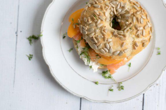 Frühstücks-Bagel mit Marillen und Lachs gefüllt