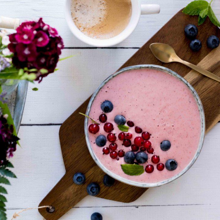 frische Beeren-Joghurt Smoothie Bowl