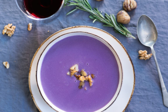 Rotkrautsuppe mit Maroni-Walnuss-Suppeneinlage