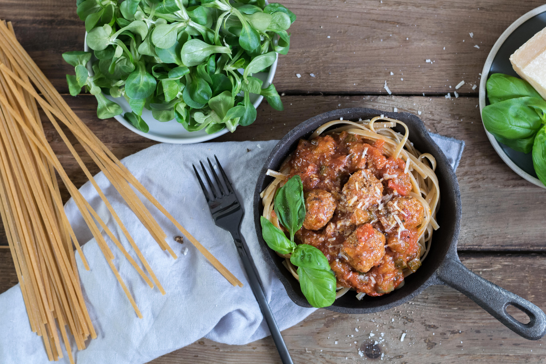 Pasta mit faschierten Bällchen und Gemüsesauce