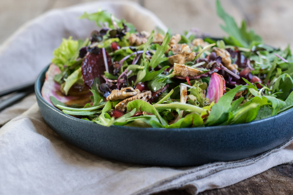 Salat mit Roten Rüben und Nüssen