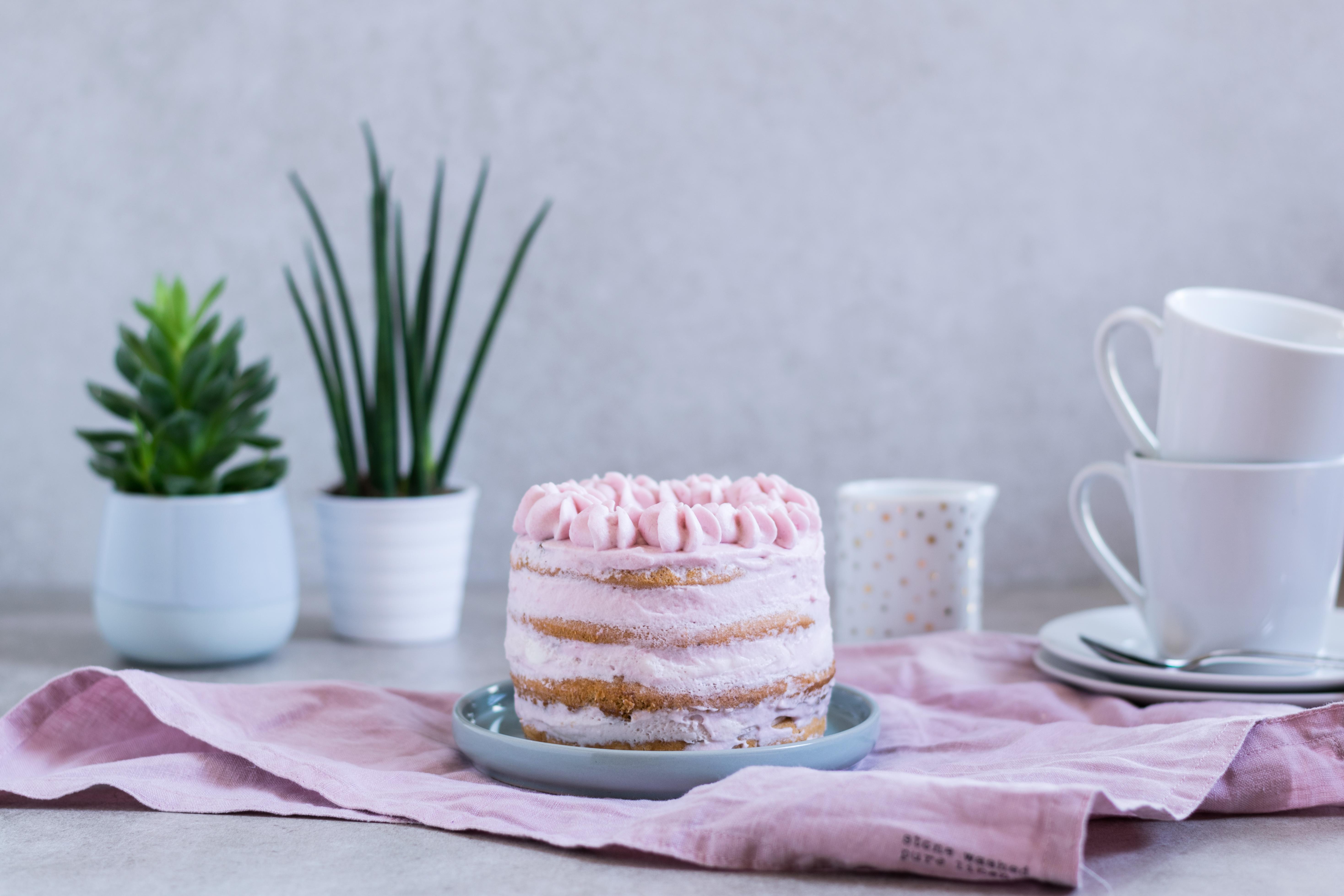 pastellfarbener Naked-Cake
