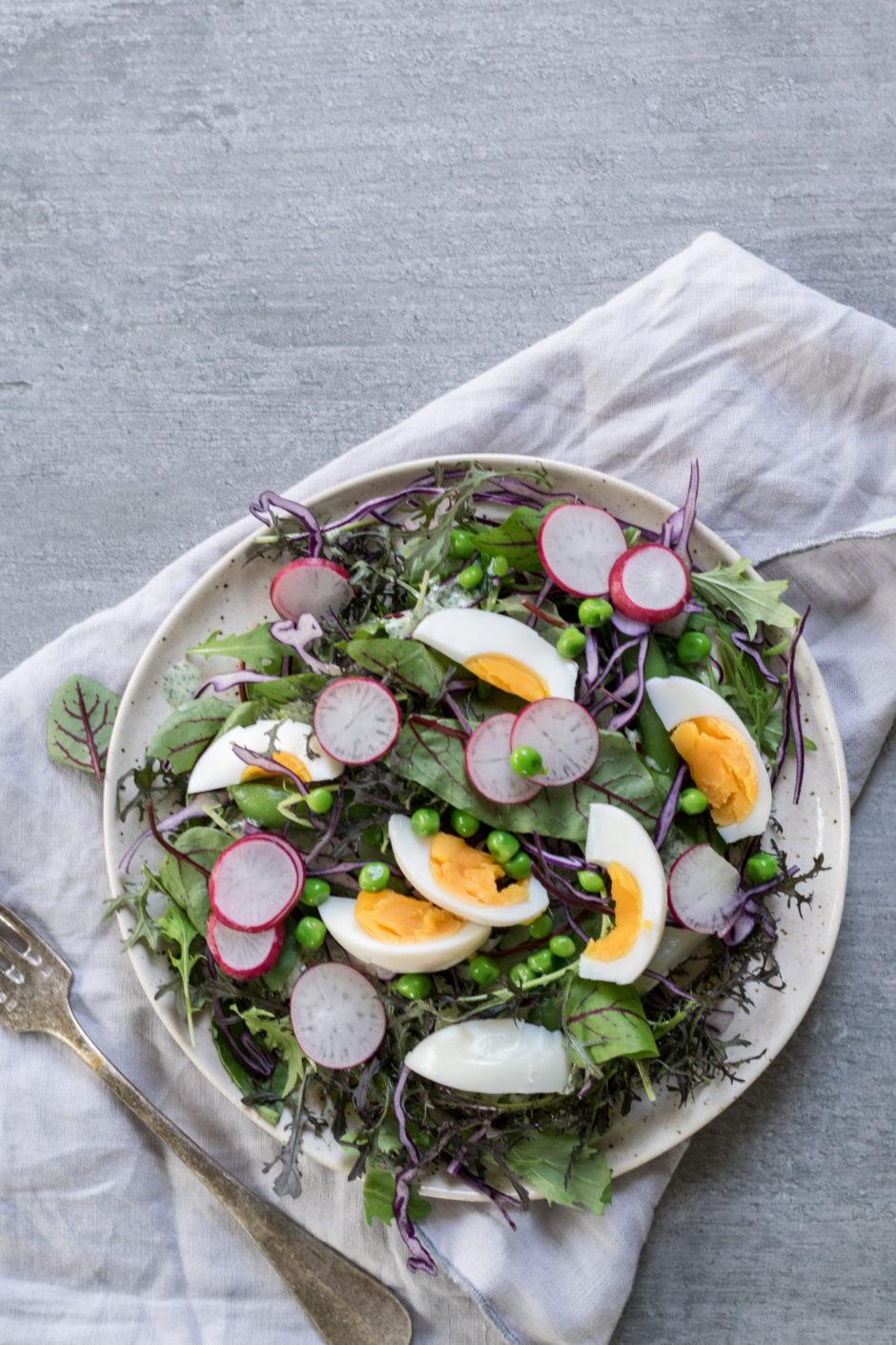 Frühlingssalat mit Eiern und frischen Kräutern