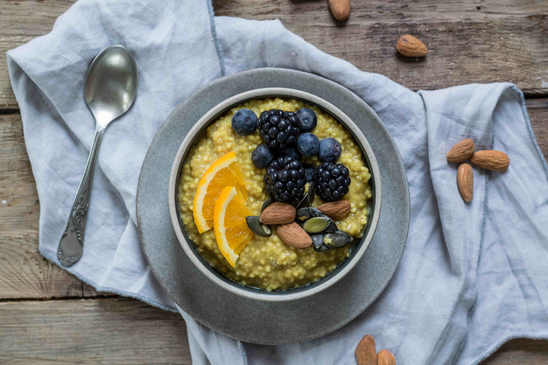 Kurkuma-Porridge mit Hirse