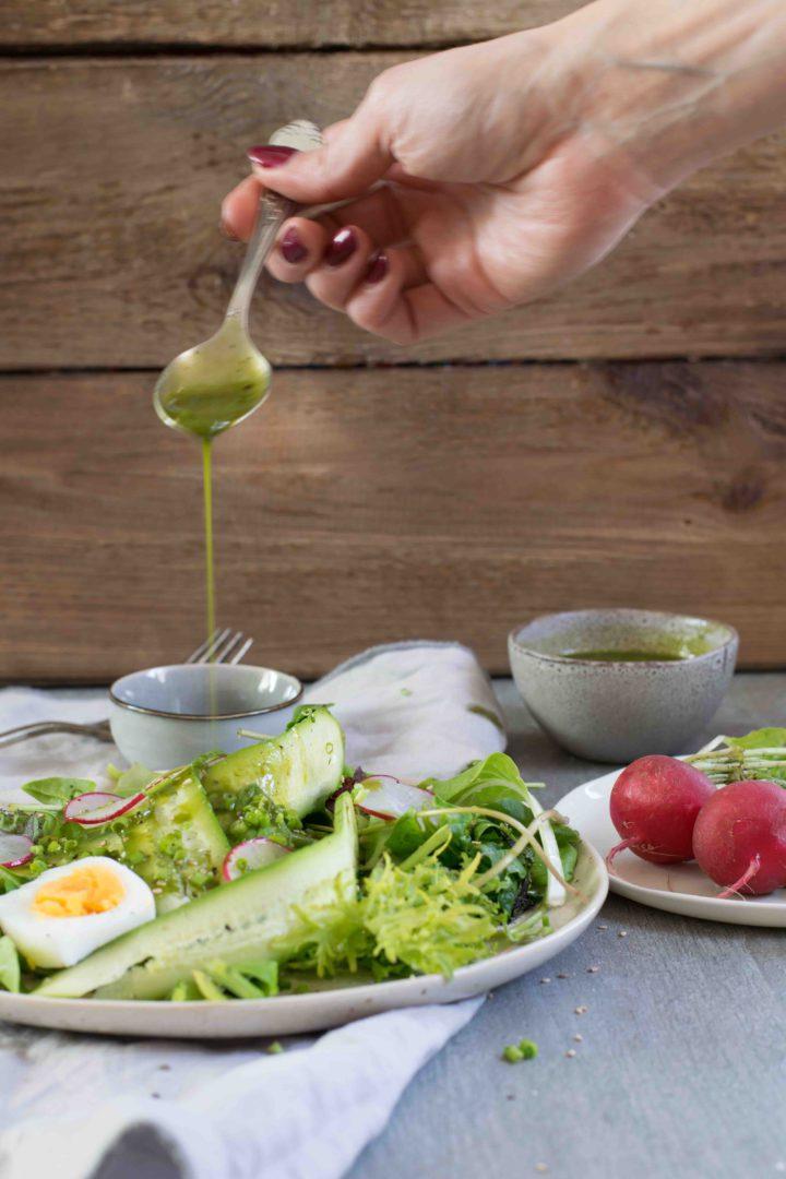 Frühlingssalat mit Radieschen und Matcha Dressing