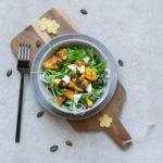 Salat mit Pfirsich und Huhn