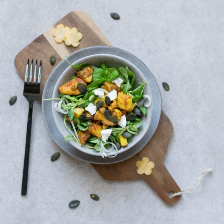 sommerlicher Salat mit Pfirsich und Huhn