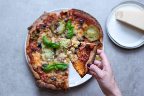 Sommerliche Pizza am Pizzastein gebacken