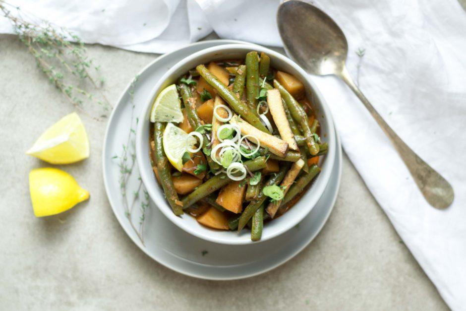 Gut gewürzt: vegetarisches Fisolen Gulasch und Smoothie Bowl mit Beeren