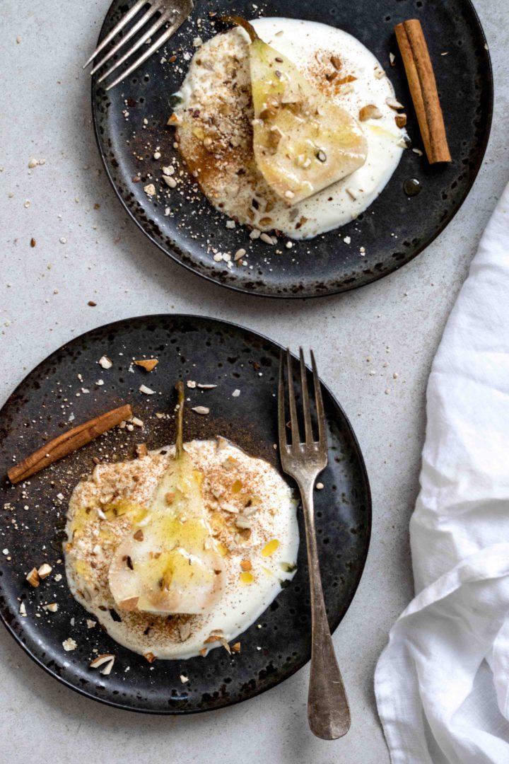 Pochierte Birnen auf Joghurt mit Mandeln