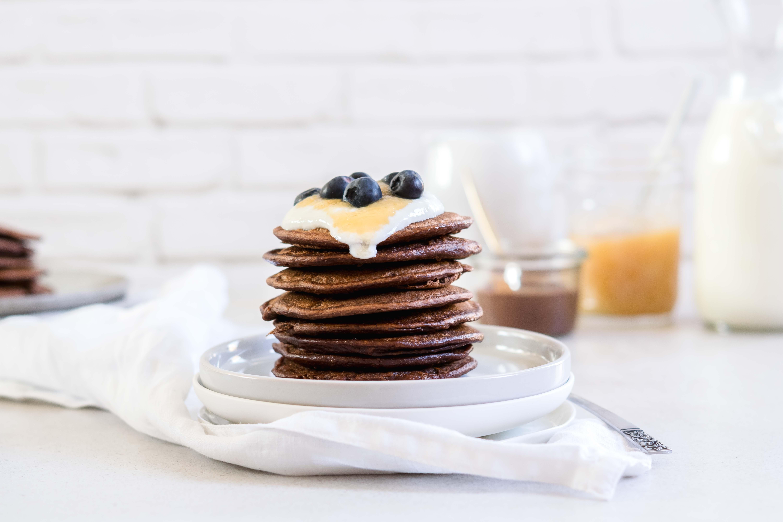 Schoko Pancakes mit Bananen gesüßt