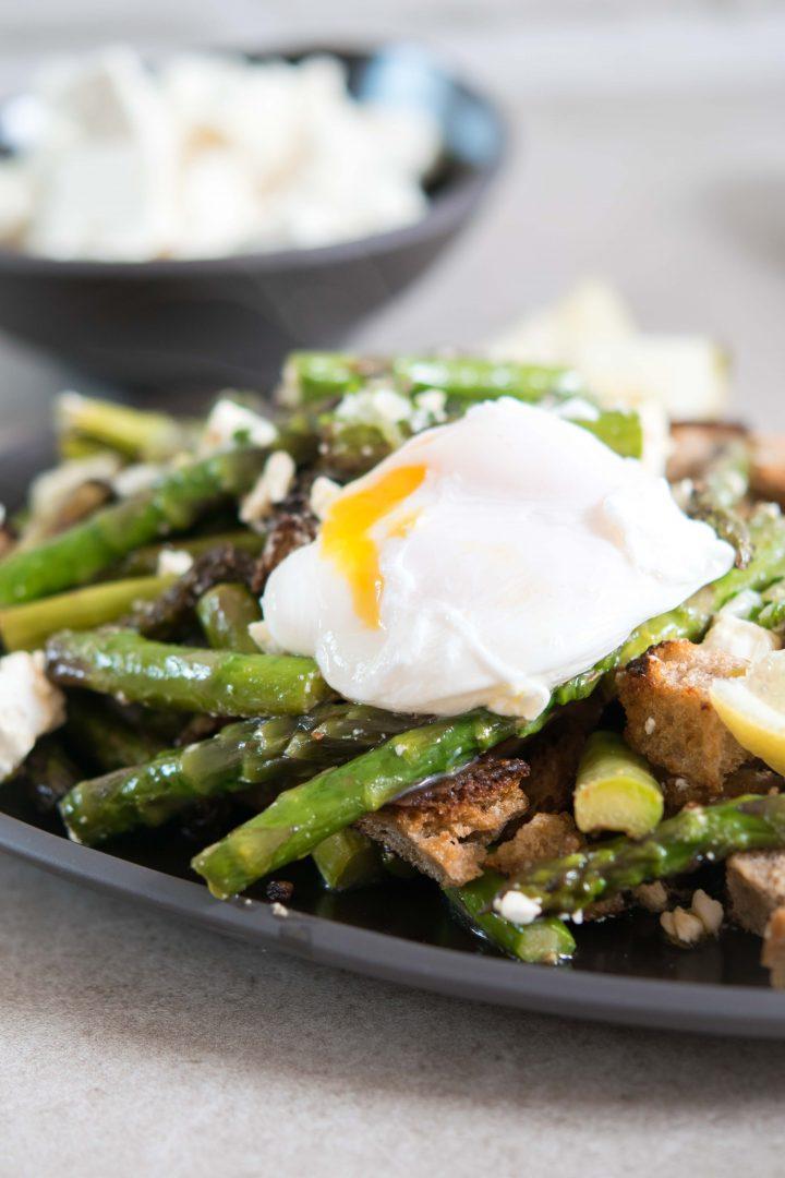 Spargel-Feta-Brot-Salat mit pochiertem Ei