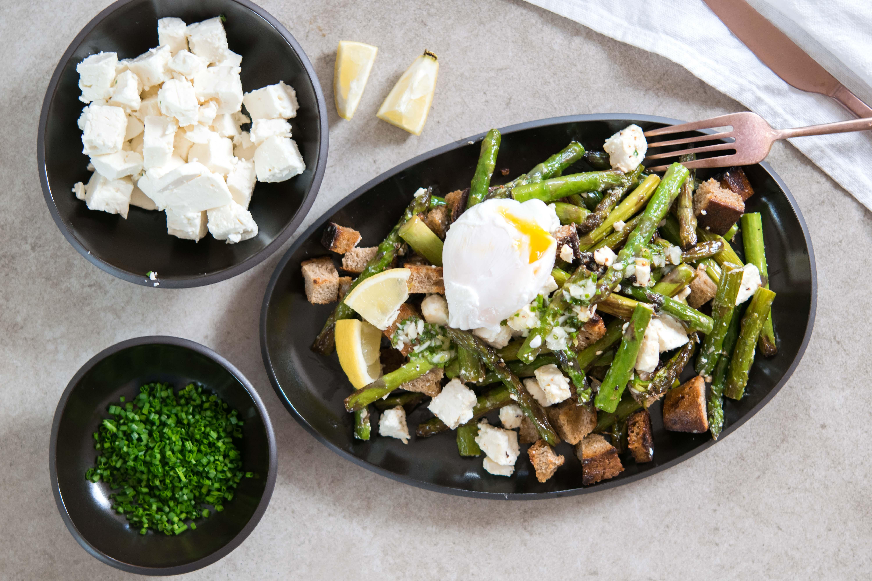 Spargel-Feta-Brot-Salat mit pochierten Ei