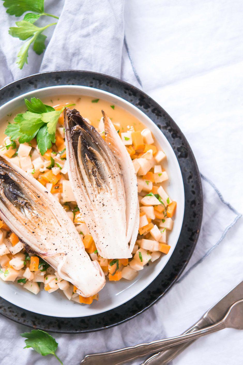 Gebratener Chicorée auf Petersilwurzel- und Karottensauce