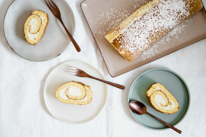 Biskuitroulade mit Topfen-Zitronen-Füllung