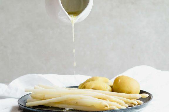 Spargel mit Butter und Erdäpfeln