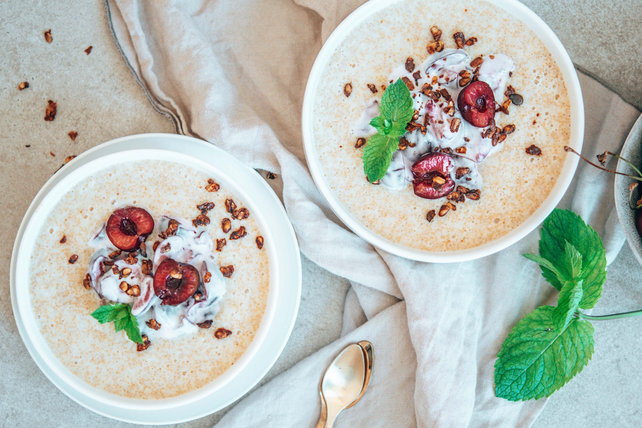 Amaranth-Porridge mit Kirschcreme und Wassermelonenkernen