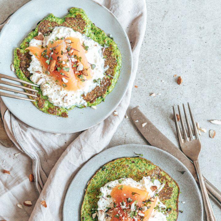 Zucchini Spinat Omelett mit Frischkäse und Lachs