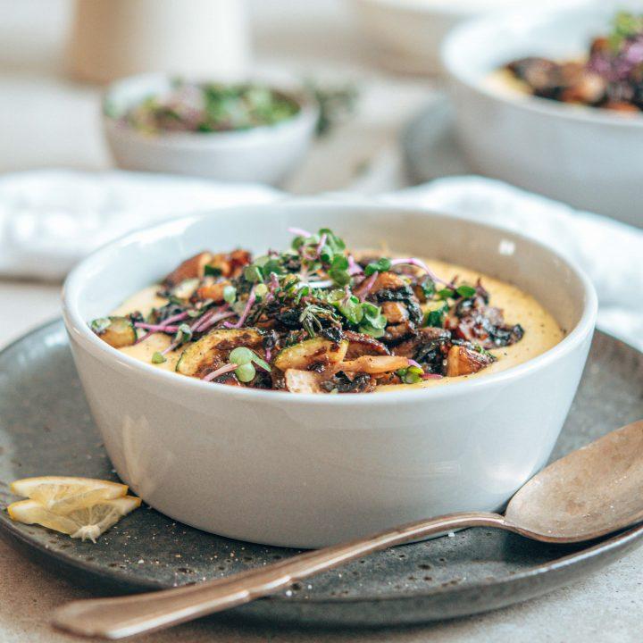 Cremige Polenta mit Champignons und Zucchini