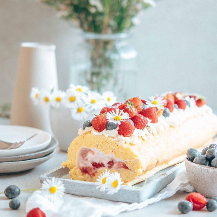 Einfacher Muttertagskuchen – Biskuitroulade mit Beeren