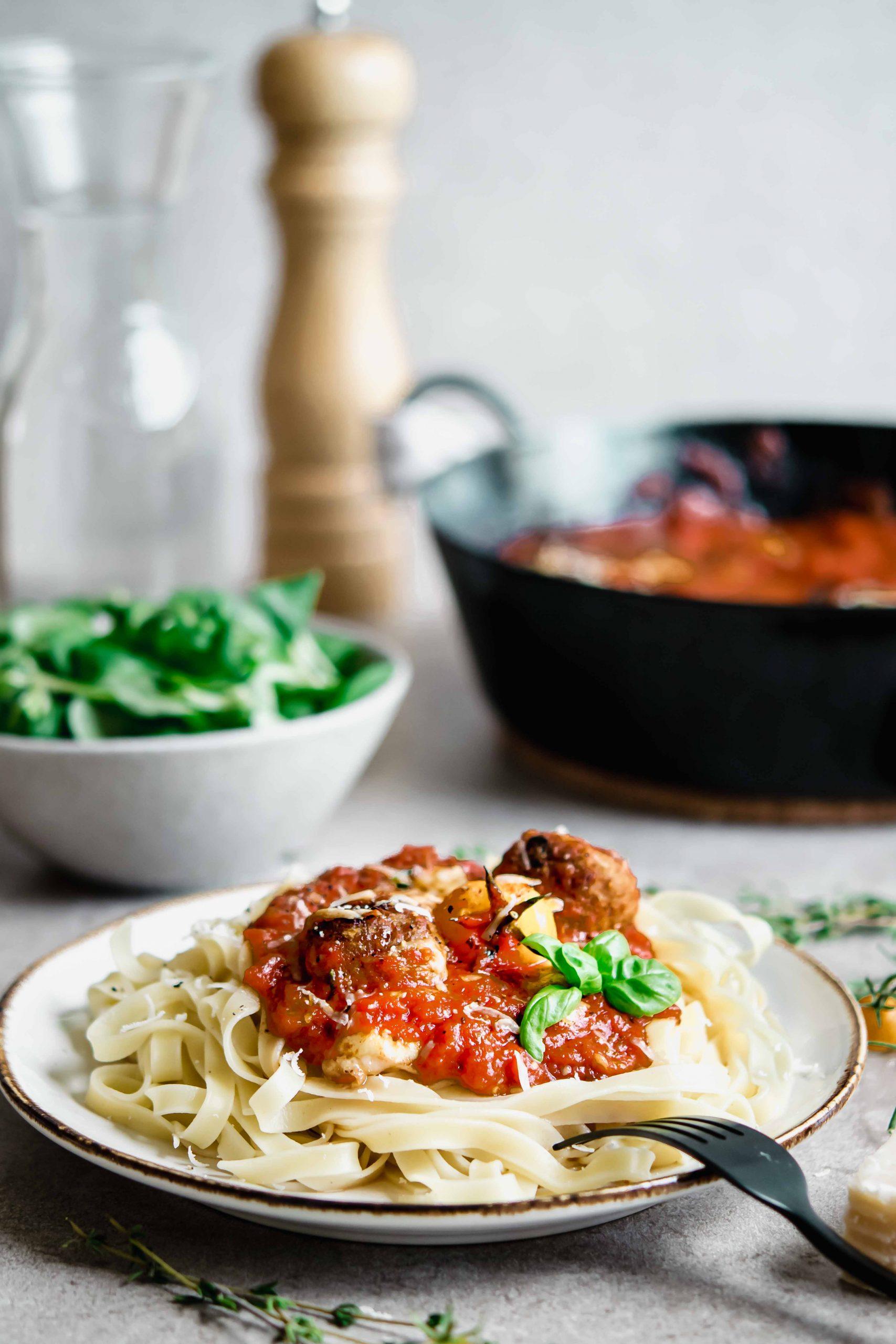 Vegetarische Bällchen in Tomatensoße